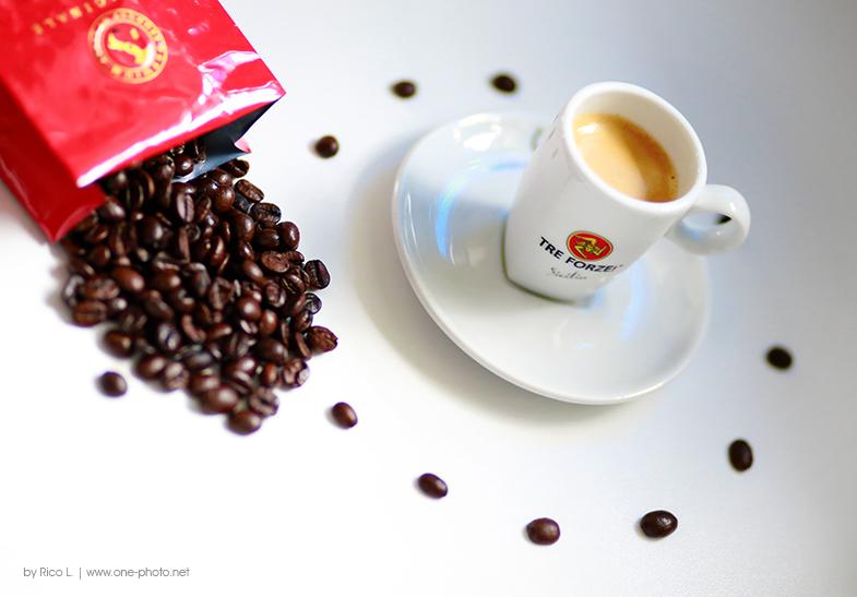 Als ich mir mal wieder eine Packung Kaffeebohnen öffnete, sich dabei der wunderbare Kaffeeduft in meine Nase verirrte überkam mich die Idee doch mal meinen Lieblingsespresso zu fotografieren :-)